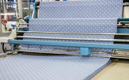 手动裁剪与自动裁床在服装加工中的区别