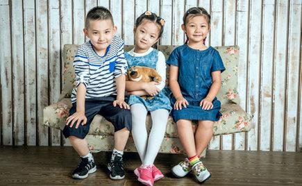 童装加工:孩子的童年不只有手机  还有你言传身教的爱
