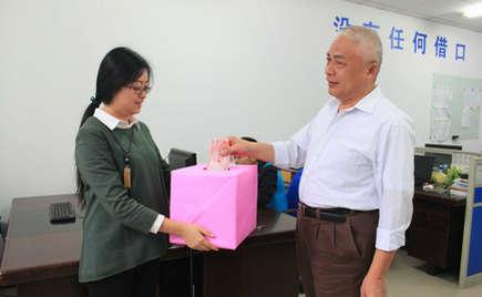 刘潭服装募捐微行大爱 为罹患疾病的员工送去温暖