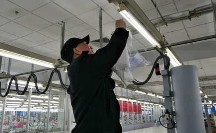 刘潭服装车间悬挂白色布片来实时检测福尔马林浓度