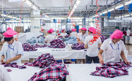 刘潭服装车间小组现场动态整改,提高服装成品合格率