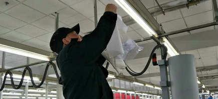 刘潭服装加工车间用吊挂法来检测甲醛浓度