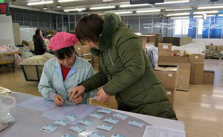 刘潭服装工会为员工提前代购车票,让员工顺利返乡