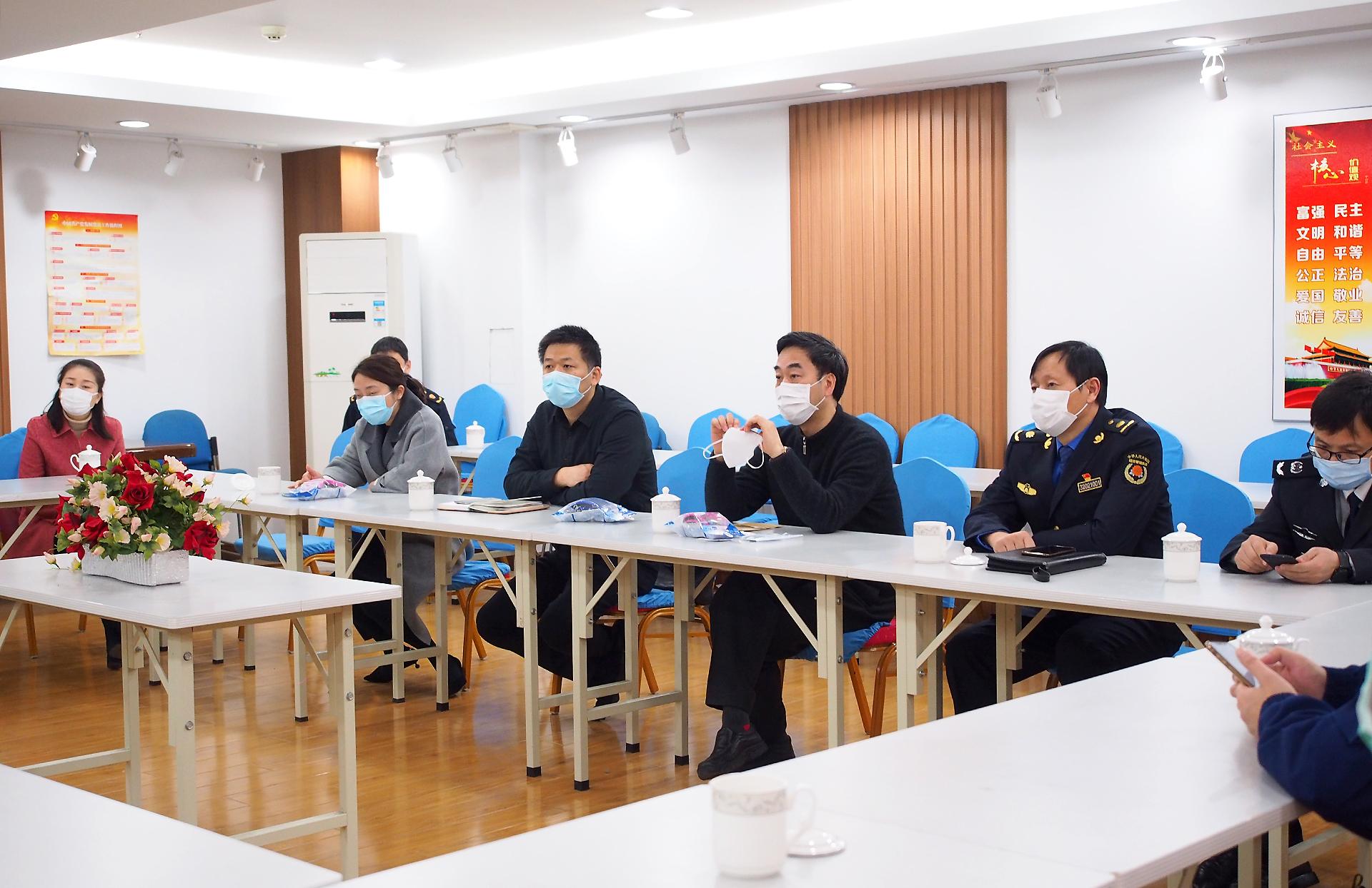 梁溪区区长带队检查刘潭服装疫情防控工作