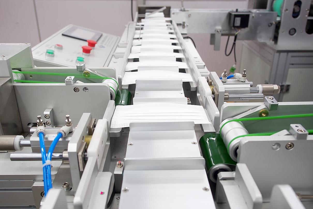 刘潭服装厂协力跨界,合力攻坚——全自动口罩机调试进行时